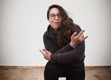Spaß muss sein – Caro macht eim Fotoshooting zum Thema Jobfamilien Faxen