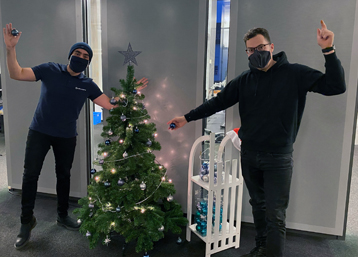 Unsere Exabyters Azubis schmücken den Weihnachtsbaum in unserem neuen Büro