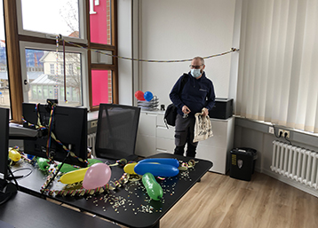 Damit hatte unser lieber Henrik nicht gerechnet: Zum 15-jährigen Dienstjubiläum gab es eine leckere Torte und einen geschmückten Schreibtisch